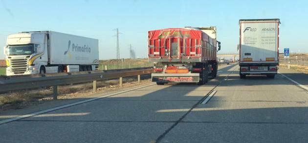 Un camión intenta adelantar a otro en la A4