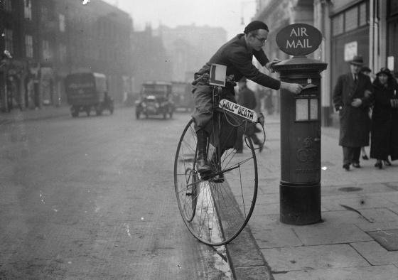 Em 1936, Tornado Smith coloca uma carta na caixa de correio. Sua bicicleta anuncia o espectáculo 'Wall of Death', em que ele realizava acrobacias com sua moto. Derek Berwin