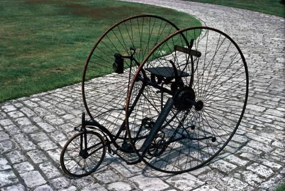 Os triciclos de roda alta eram um pouco mais seguros e foram fabricados pensando nas mulheres.