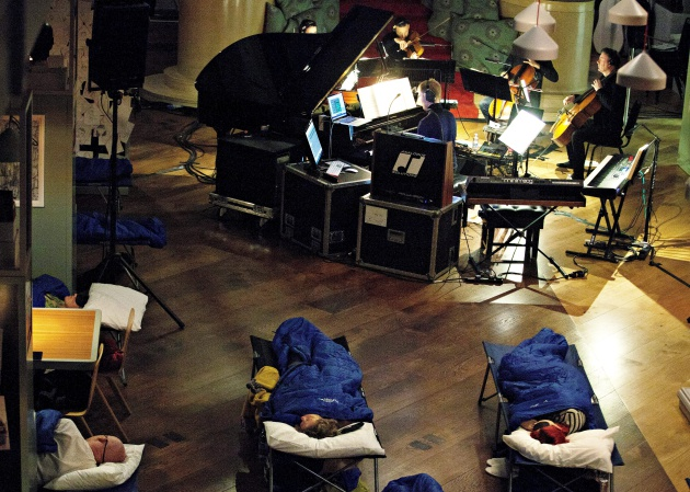 El público duerme mientras Max Richter interpreta 'Sleep' en la sala de lectura de la Wellcome Collection de Londres en 2015 / Mike Terry