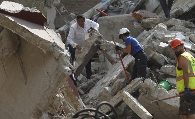 Rescatistas trabajan entre los escombros de los edificios colapsados en Ciudad de México (México)