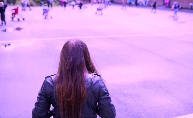 Una joven caminando sola en el patio de un colegio. La protagonista de la fotografía no tiene relación con la hija de Blanca, autora de la carta de esta noticia