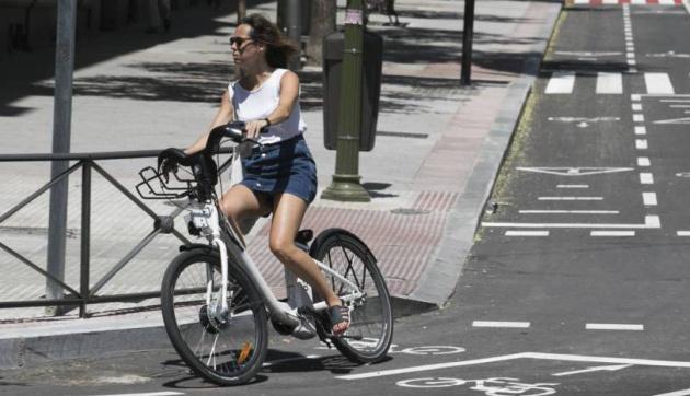 Una mujer usando el carril bici de la calle Santa Engracia, de Madrid