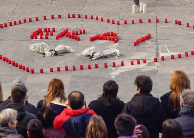 Concentración en la plaza del Ayuntamiento de Ondarroa (Vizcaya) en recuerdo de Ekai. EFE/MIGUEL TOÑA