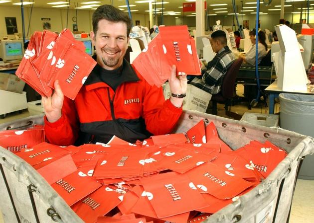 Reed Hastings, fundador de Netflix, en un carrito lleno de películas listas para ser enviadas a los buzones en 2002. Justin Sullivan / Getty