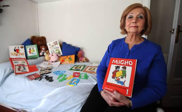 Felisa García, una de las autoras del sistema de lectoescritura Micho, posa con la primera edición, de 1981