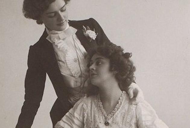 """Fotografía de Lily Elsie y Adrienne Augarde, dos actrices del s.XIX, con la que Cristina Domenech ha ilustrado su serie de hilos históricos de amor lésbico. """"No sé si podemos meterlas en la saca de las señoras que se empotraron hace mucho"""", aclara la autora, """"porque en aquella época el tema de que las señoras se vistieran de señor en el mundo del espectáculo estaba a la orden del día""""."""