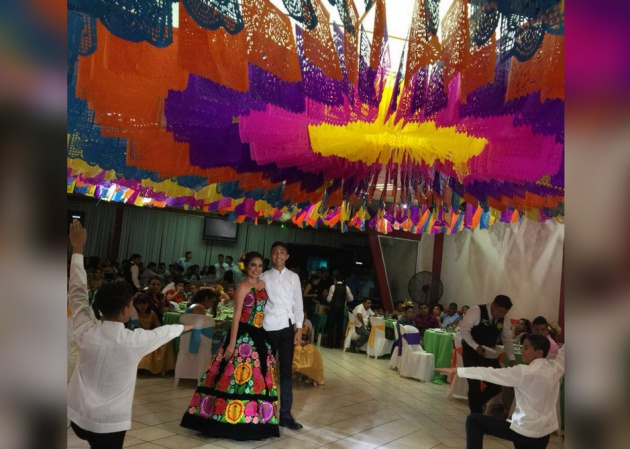 754d0e96e Una joven en Oaxaca celebra sus XV años al estilo tradicional del ...