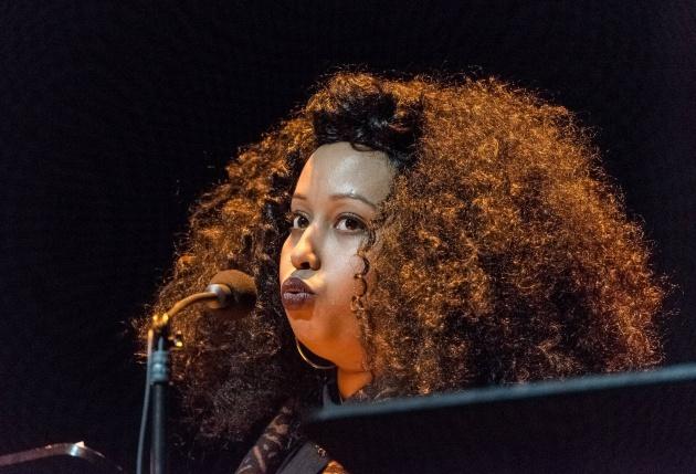 La poeta Warsan Shire fotografiada en un festival de poesía de Berlín