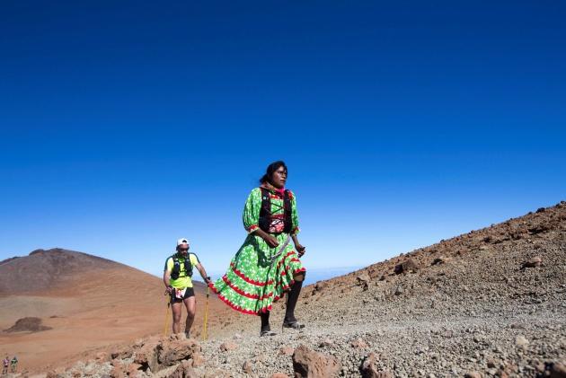 Lorena Ramírez, con su vestimenta típica, y el corredor Ayoze Encinoso Fajardo durante la Cajamar Tenerife Bluetrail 2018