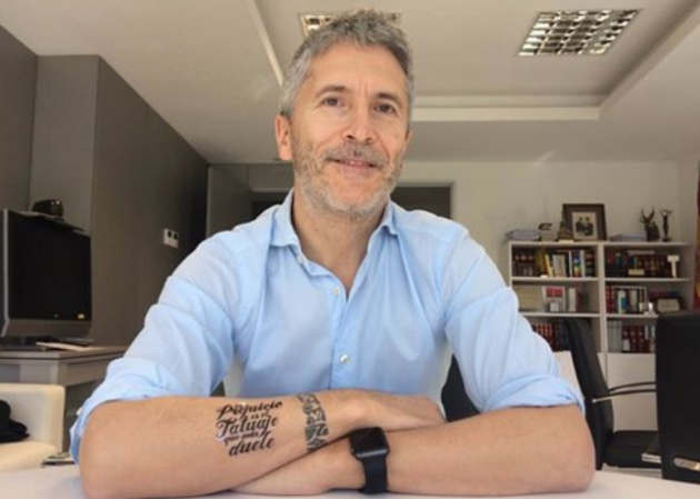 Grande-Marlaska compartía en 2016 una imagen en redes sociales luciendo un tatuaje real en su muñeca junto a uno falso, creado para una campaña solidaria.
