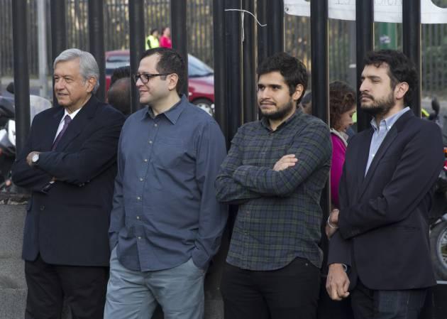 Andrés Manuel López Obrador junto a sus hijos mayores