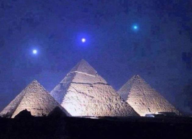 Imagen de piramides con estrellas