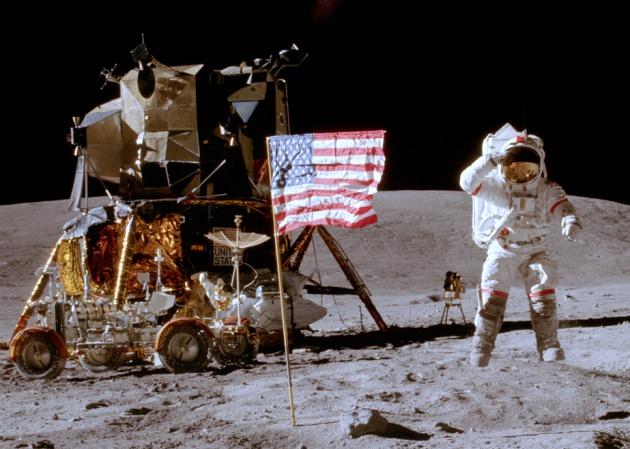 El astronauta John Young, de la misión Apolo 16, fotografiado por su compañero Charles Duke