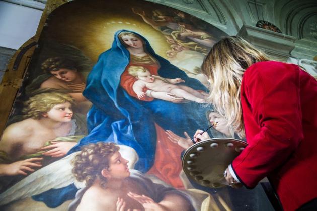 Una restauradora trabaja sobre la Madonna de la pintora Violante Beatrice Siries / Francesco Cacchiani (AWA)