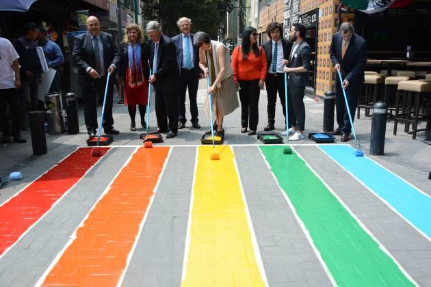 Un arcoíris para cruzar la calle en la Ciudad de México