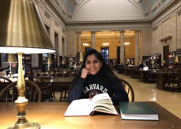 Dafne Almazán, mexicana de 17 años, 1a. menor de edad, en ser aceptada por Harvard, en un siglo