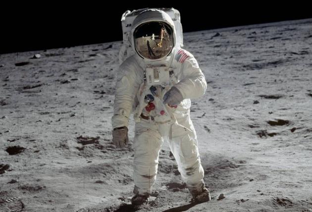 Buzz Aldrin en la Luna. En el reflejo del caso se puede ver a Stanley Kubrick dándole indic... Que no, que es broma