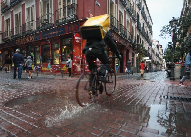 """""""Sales de casa con miedo"""": hablamos con 'riders' sobre cómo es su trabajo cuando llueve"""