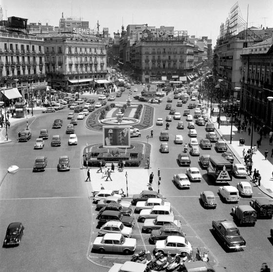De ocho carriles a la peatonalización: así se ha ido cerrando al tráfico la Puerta del Sol