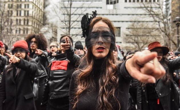 Un centenar de mujeres cantan 'Un violador en tu camino' frente al ...