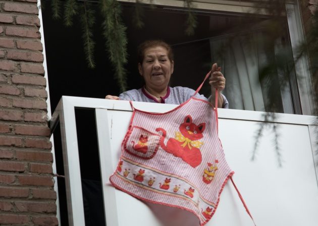 Una mujer cuelga un delantal en el madrileño barrio de Quintana. Foto: Víctor Sainz