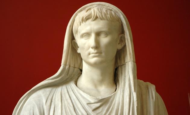El emperador Augusto, representado con el velo de pontífice máximo, en una estatua del Museo Nacional Romano